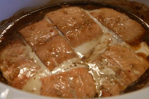סלמון בתוך הסיר לבישול איטי